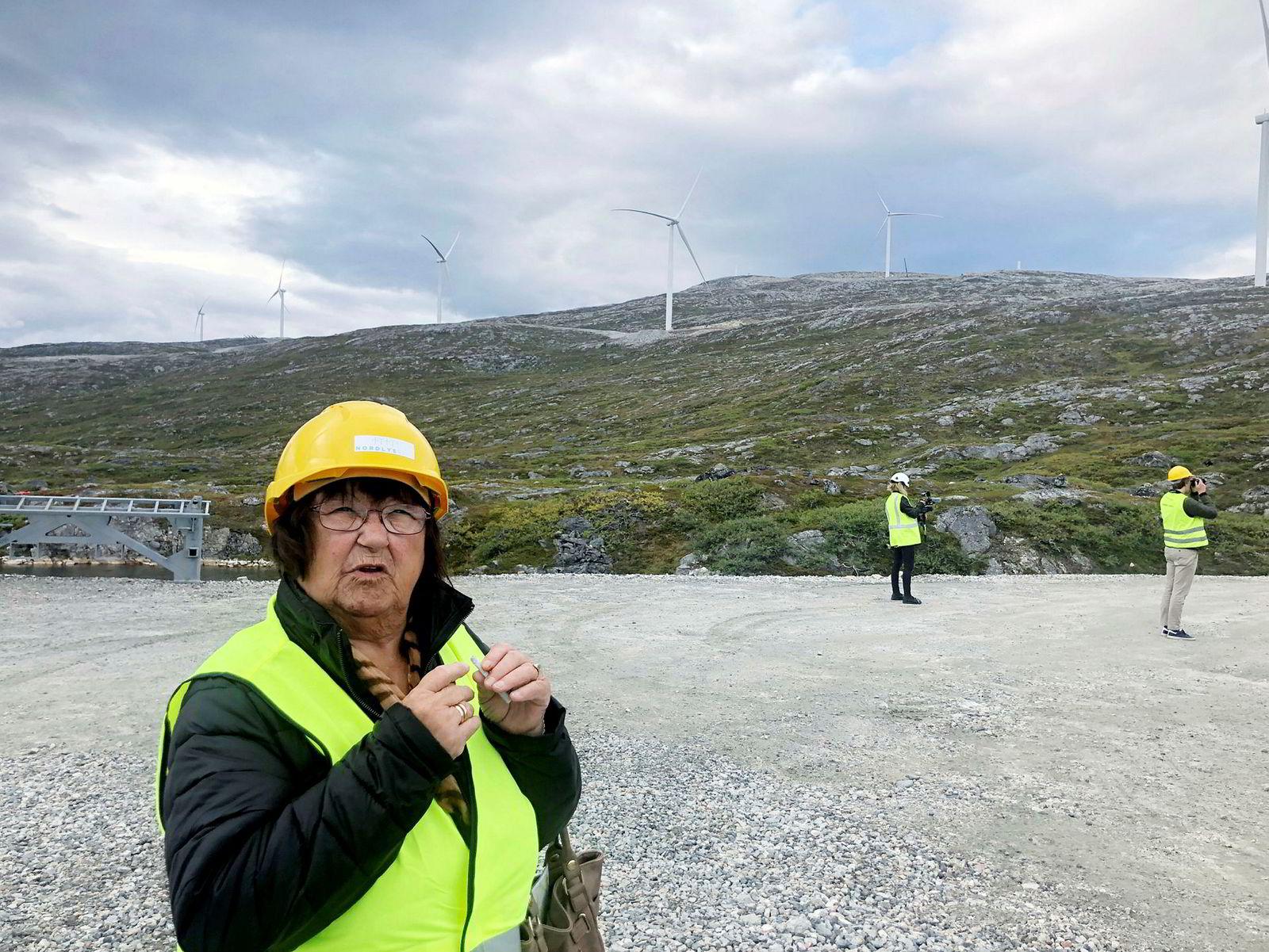 Grunneier Berit Woll på befaring på vindmølleparken på Kvitfjell på Kvaløya.