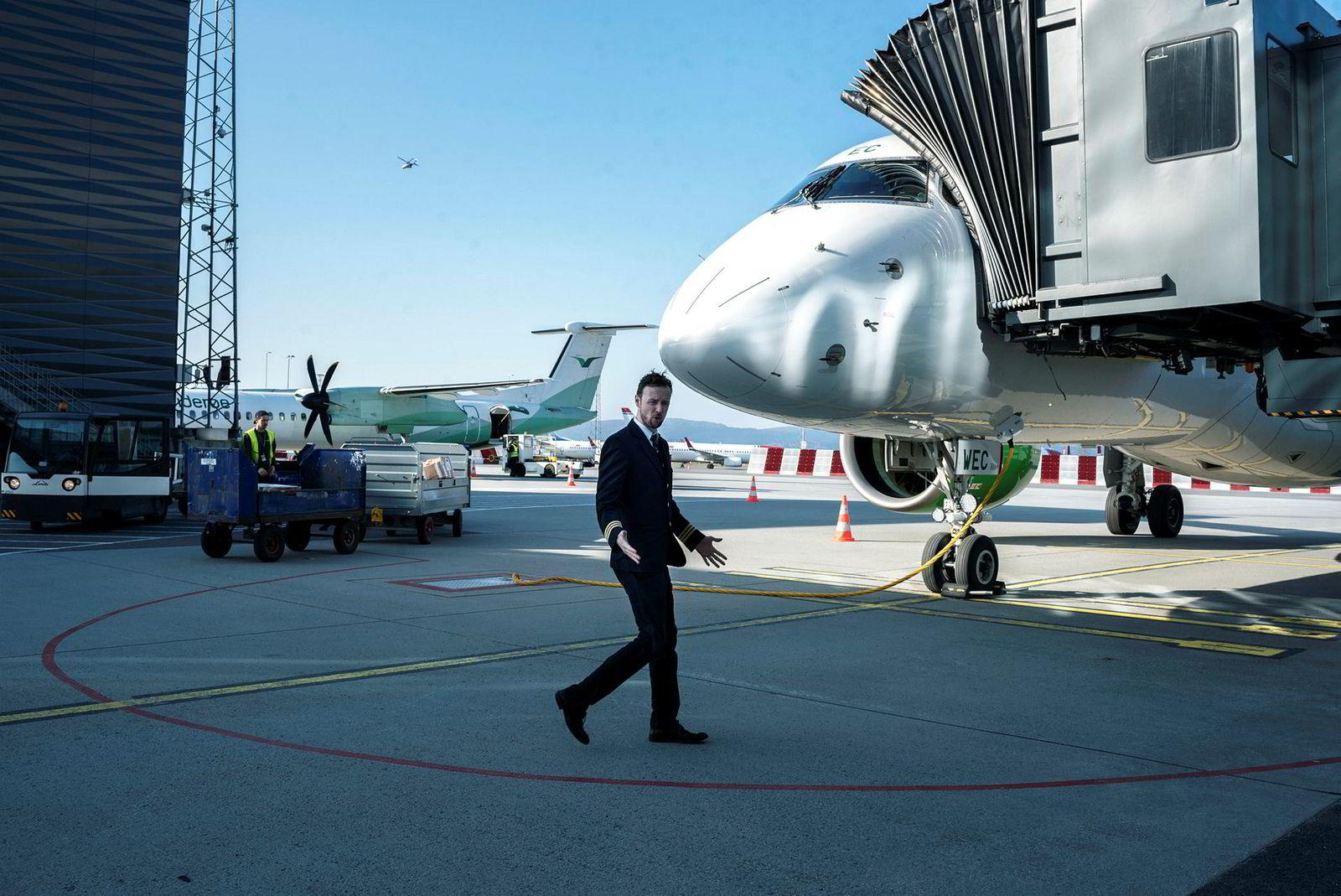 Styrmann og hovedverneombud Endre Kleiven i Widerøe gjorde seg mandag klar for å fly passasjerer fra Bergen til Tromsø. De uftfartsansatte er bekymret for fremtiden til bransjen hvis det ikke kommer ny nødhjelp fra staten.