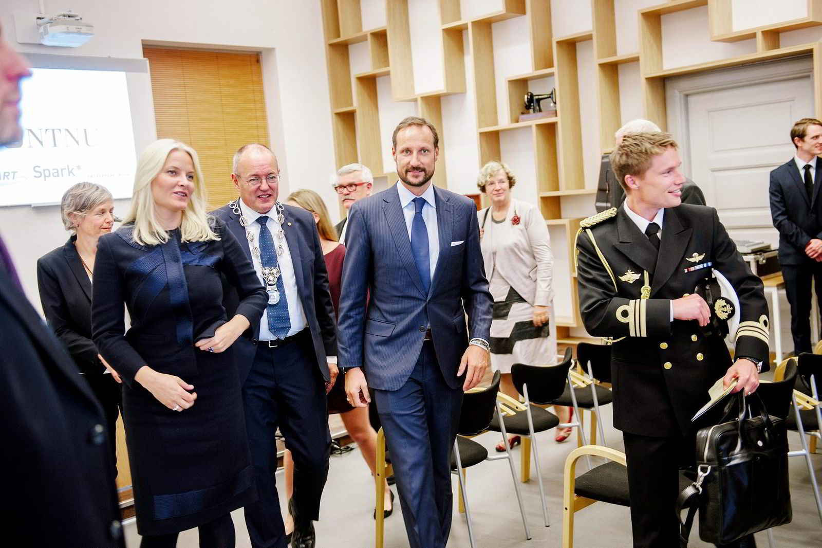 Kronprinsesse Mette-Marit, rektor Gunnar Bovim og kronprins Haakon på NTNUs Entreprenørskole.