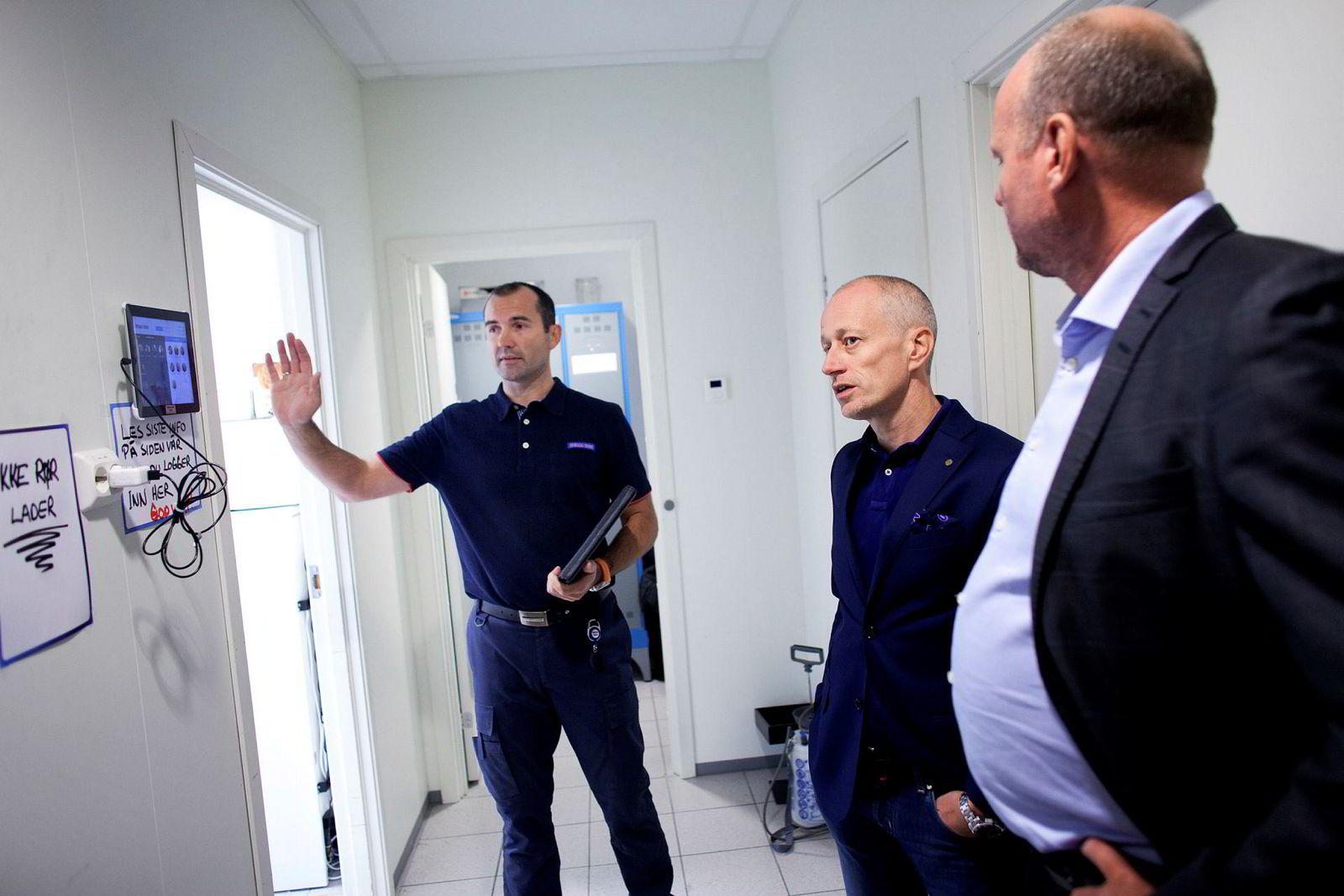 Kjøpmann Jone Tungland viser butikkens «digitale stemplingsur» til Remas HR-direktør Tore Høylie og daglig leder Thor-Erik Skrøder fra IT-konsulentselskapet Communicate.