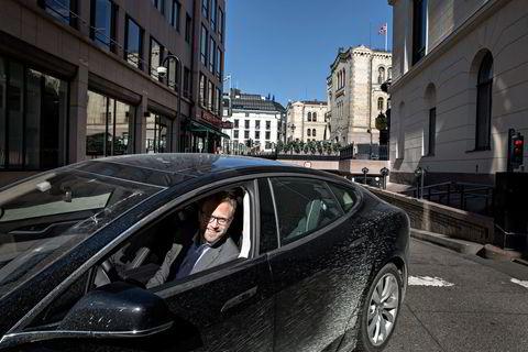 NY BIL. Nikolai Astrup på vei ut av stortingsgarasjen. Foto : Aleksander Nordahl