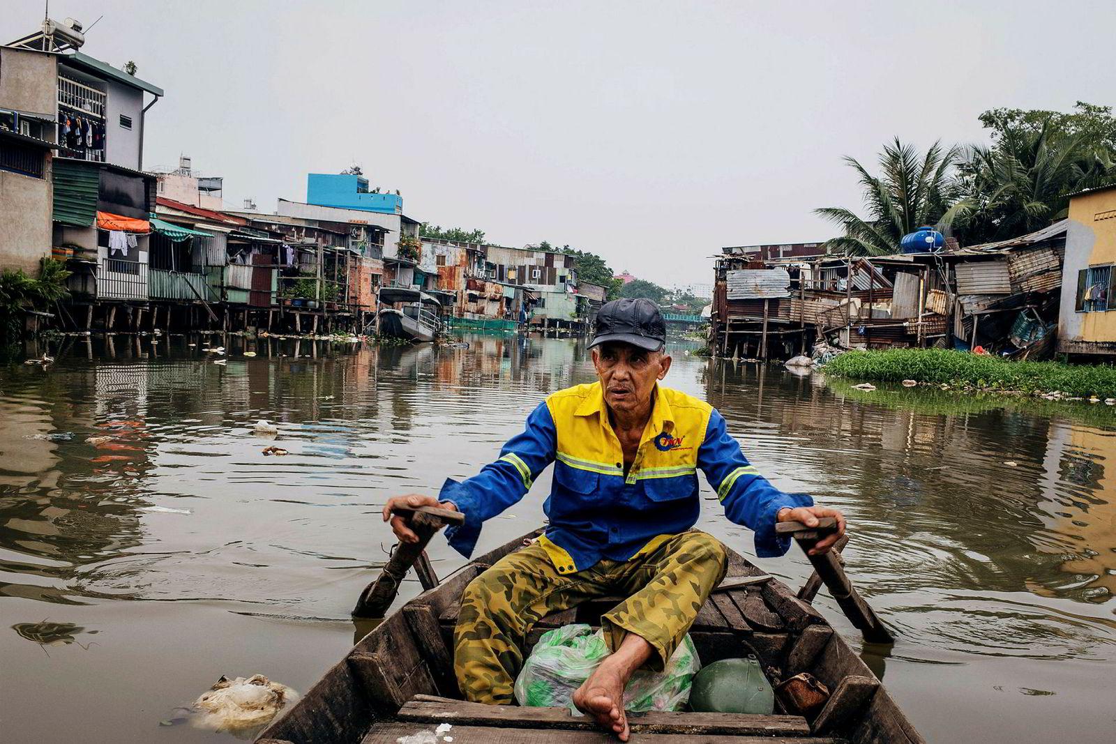 Le Ngoc Chau ror langs Xuyen Tam-kanalen. Han livnærer seg av å plukke søppel i det forurensede vannet, og transportere passasjerer rundt omkring.