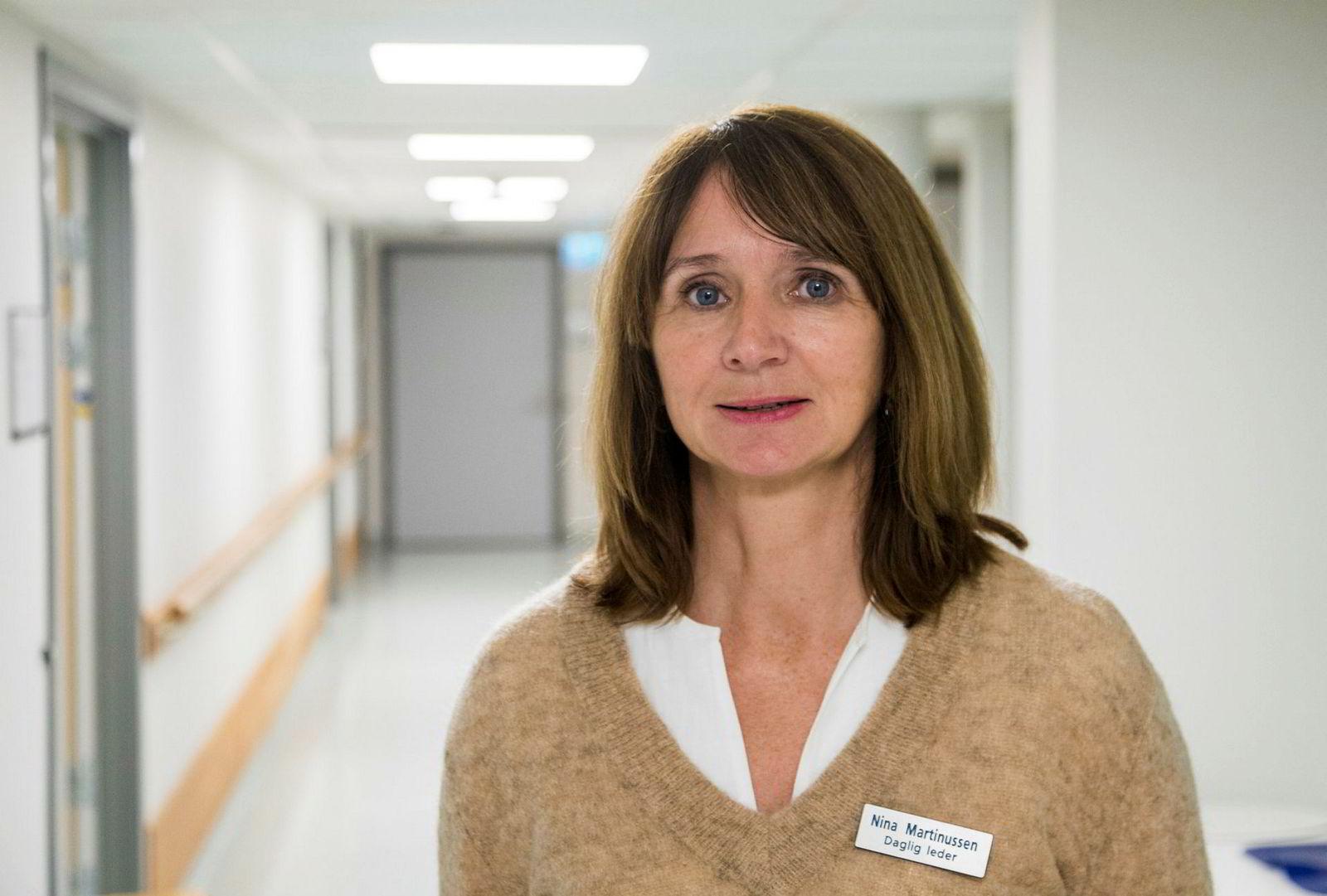 Daglig leder Nina Martinussen ved Sagenehjemmet vil ha syke på jobben. Det kan gi høyt sykefravær – fordi færre støtes ut.