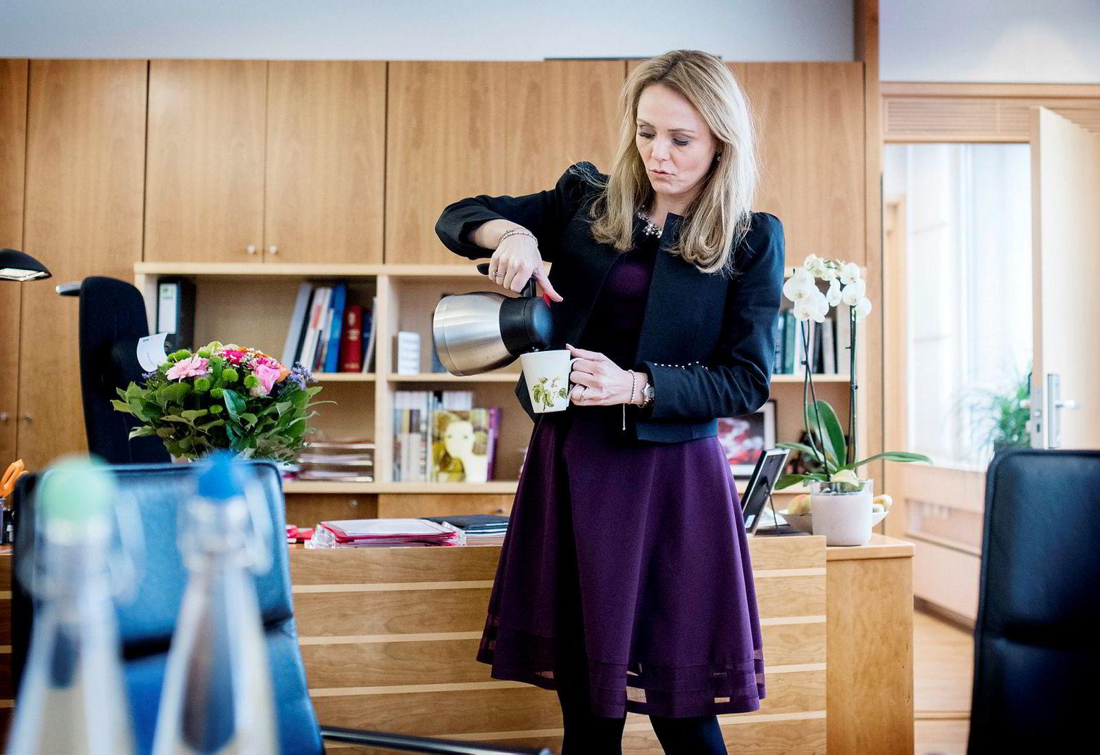 Allerede den dagen Berit Svendsen gikk av rykket likestillingsminister Linda Hofstad Helleland (H) ut i mediene.