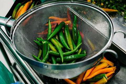 Skallet fra kaffirlime er en viktig del av i den grønne curryen.