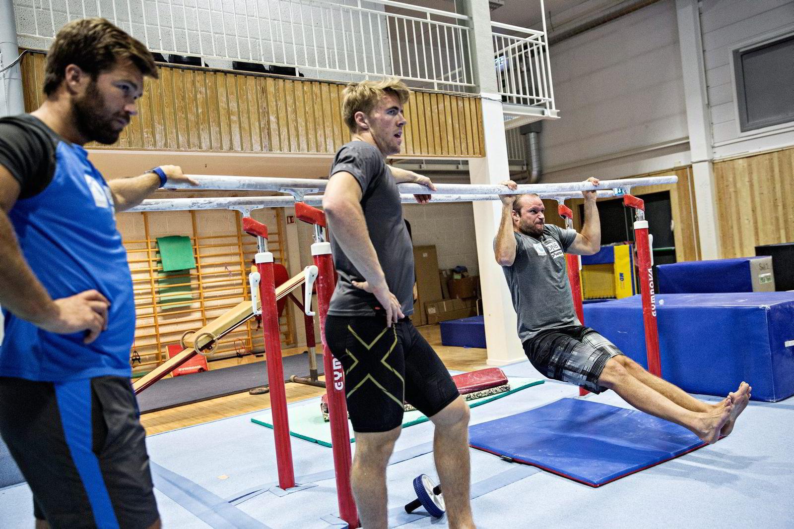 Aksel Lund Svindal må tilpasse treningen på veien tilbake fra kneskaden. Nå er også Aleksander Aamodt Kilde (i midten) på skadelisten etter en smell i lysken. Lars Mæland (til venstre) mener det går rett vei. Foto: Aleksander Nordahl