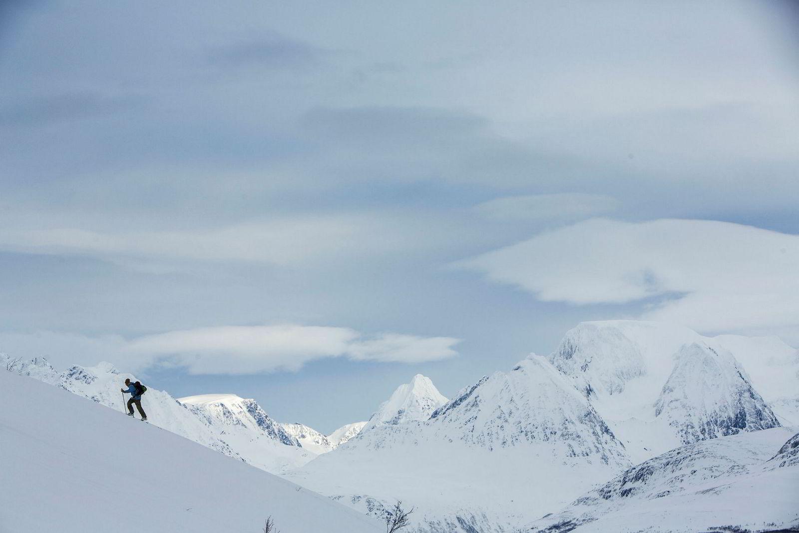 Jens-Egil Nysæther nytter gjerne blåtimen til en skitur.