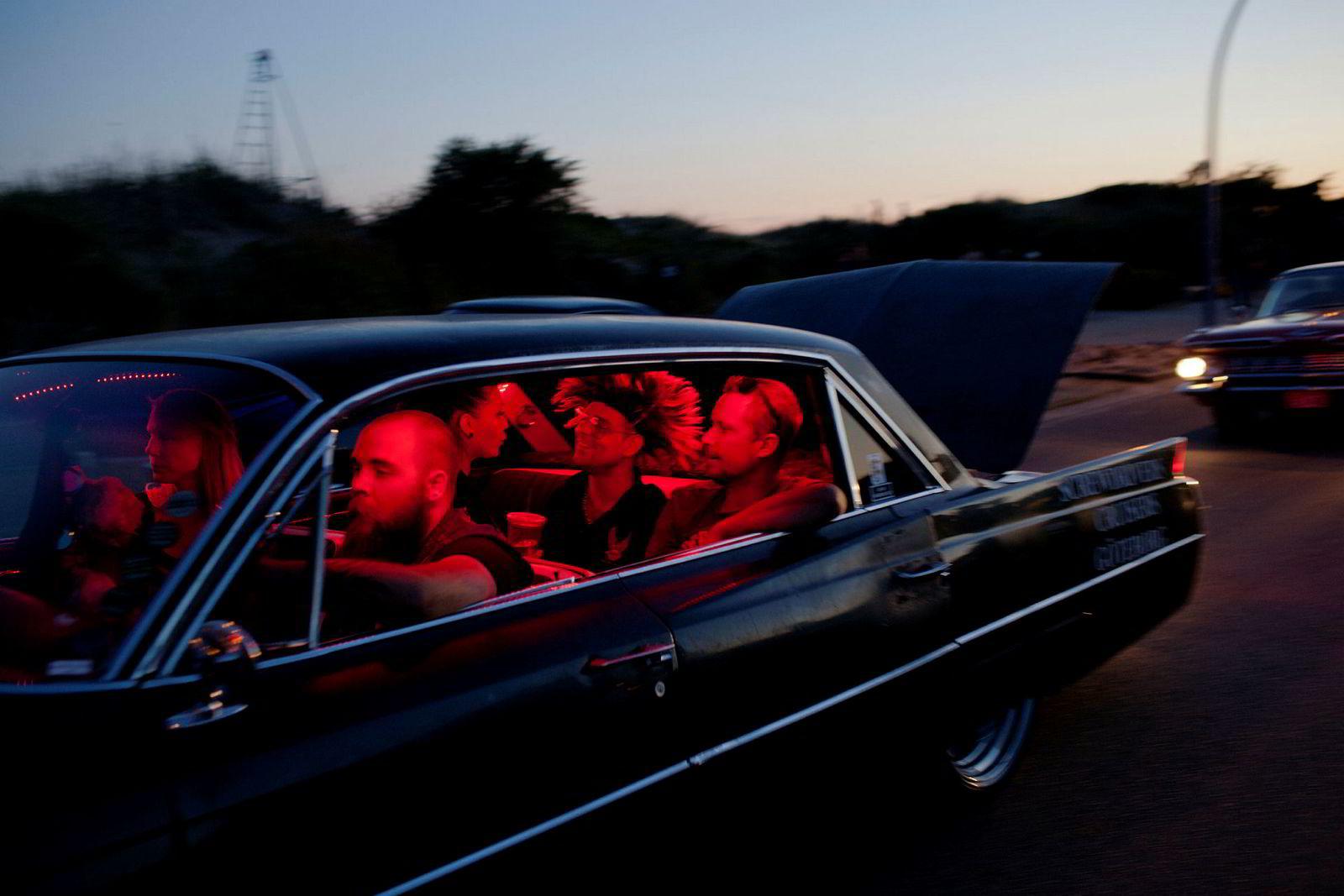 Hver raggarbil har sin egen klubb. Bilen tilhører Screwdriver Cruisers, sjåføren Göteborgklubben Sölve. Festen i bilen har vart i mange timer allerede.