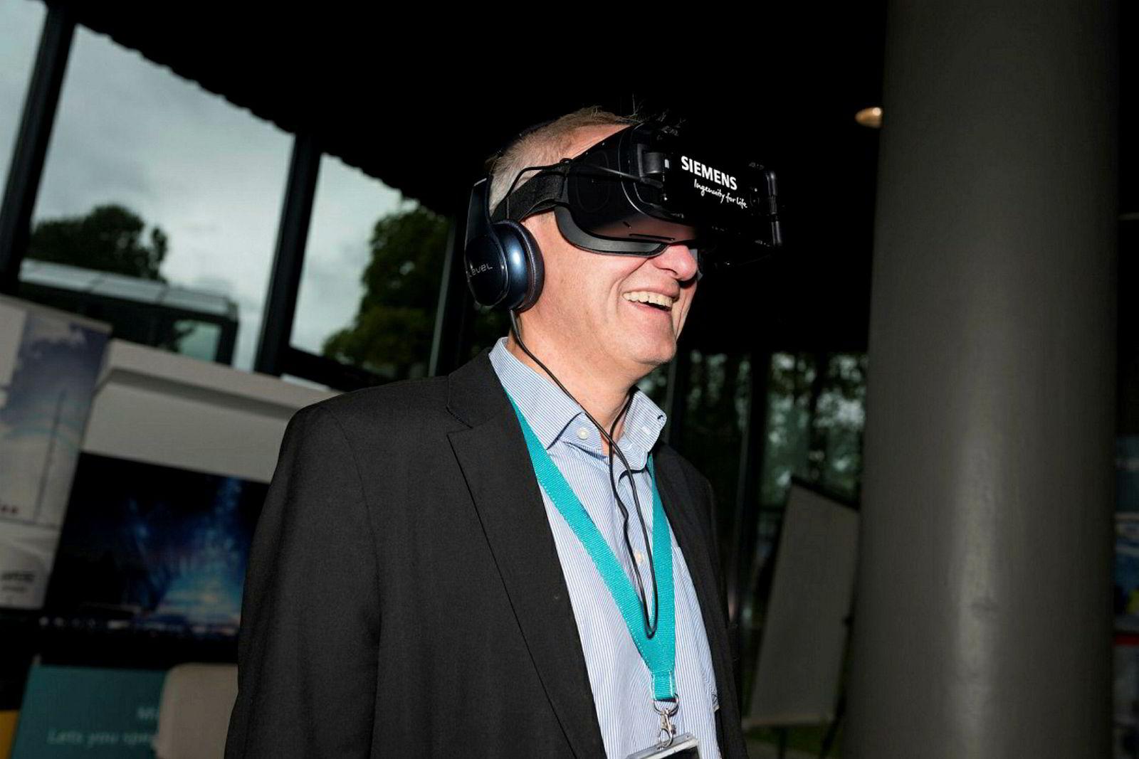 – Fremtiden er elektrisk og digital, også til havs, sier salgsdirektør Odd Moen i Siemens Marine som elektrifisere Norskekysten med batterier fra egen fabrikk.