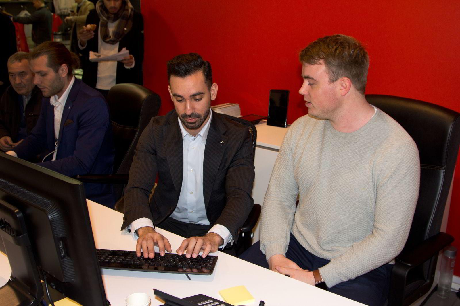 Mathias Mikkelsen reserverer en Tesla Model 3 av salgsrådgiver Dario Kostic hos Tesla på Skøyen i Oslo.