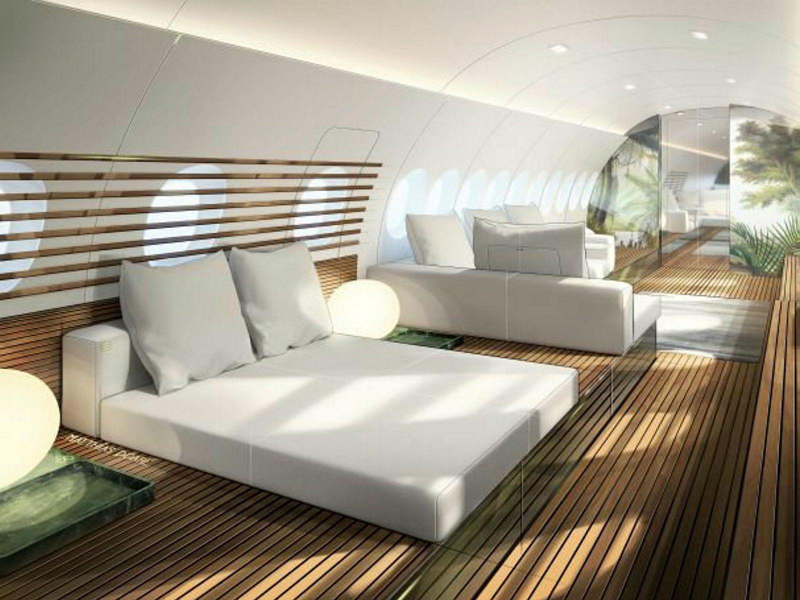 Tregulvet er gjennomgående i kabinen, det samme er de lyse, myke møblene.