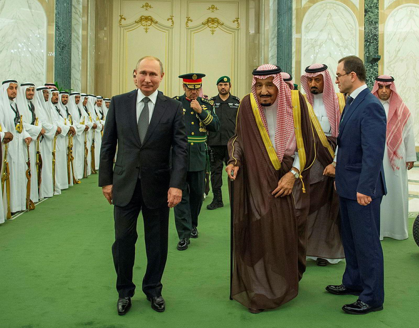 Den nye oljealliansen mellom Saudi-Arabia og Russland har vist seg holdbar. Her er president Vladimir Putin og den aldrende kong Salman i Riyadh i Saudi-Arabia i oktober.