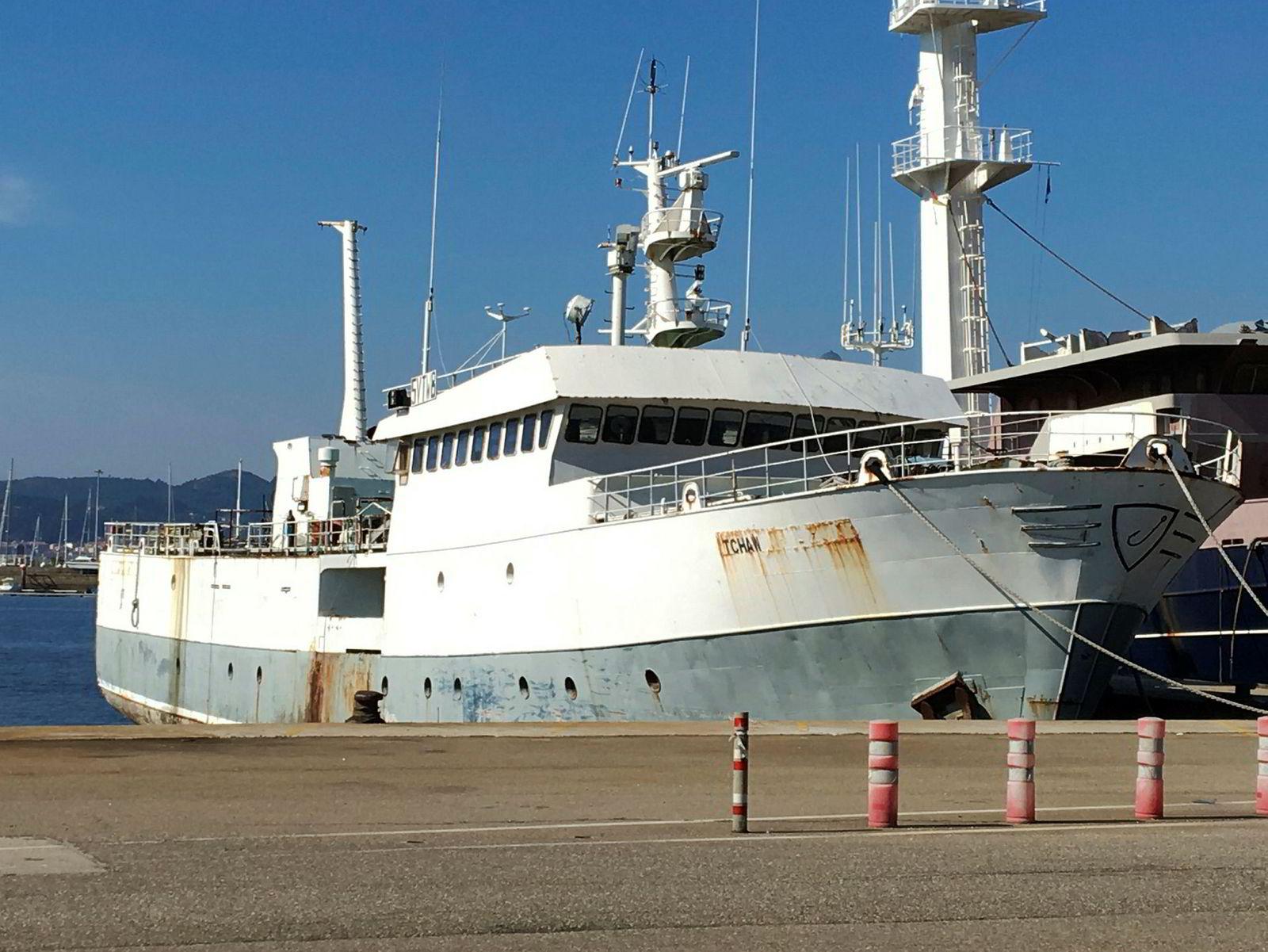 Piratskipet «Tchaw» har ligget åtte år i havnen i Vigo i Spania. Nå mener spanske myndigheter at skipet var kontrollert av samme rederi som eide «Thunder».
