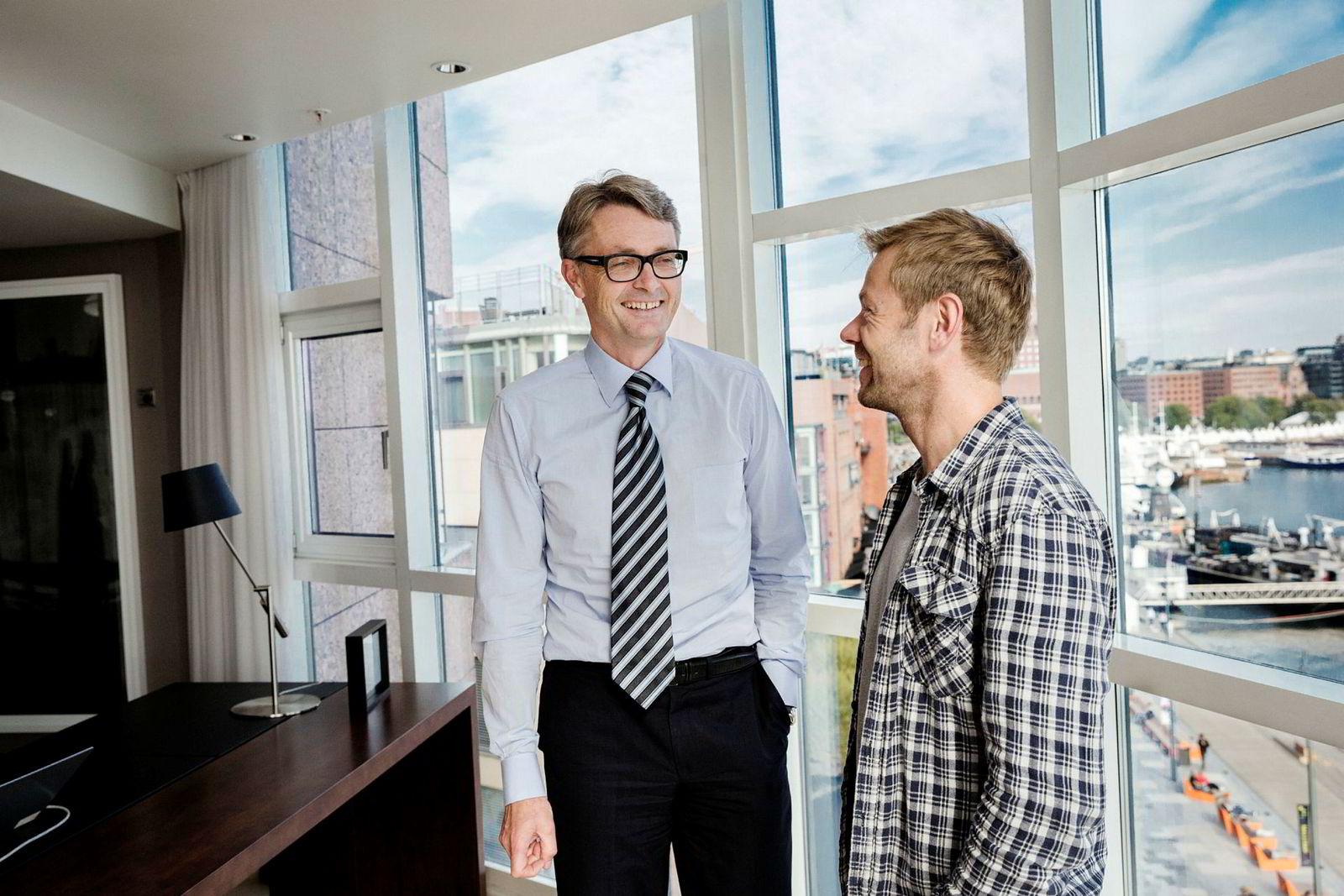 Akers konsernsjef Øyvind Eriksen (til venstre) og forfatter Henrik Langeland ved starten av bokprosjektet.