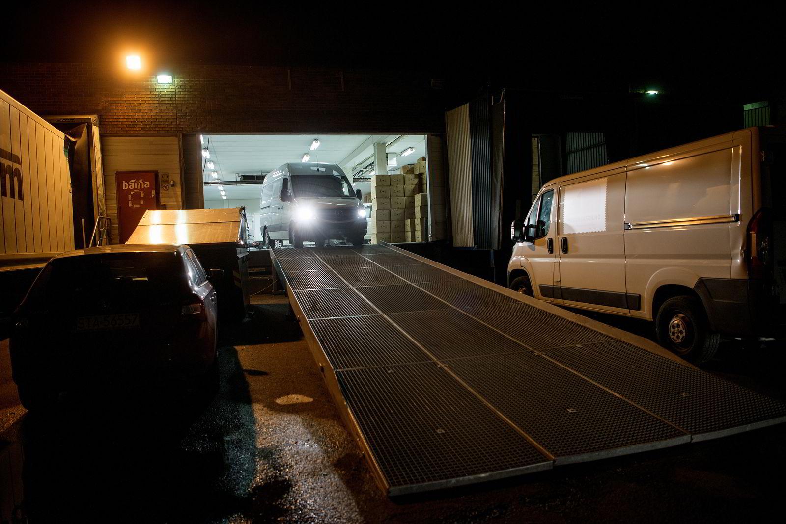 Klokken er halv fire natt til lørdag. De første budbilene legger ut på sine leveringsrunder.