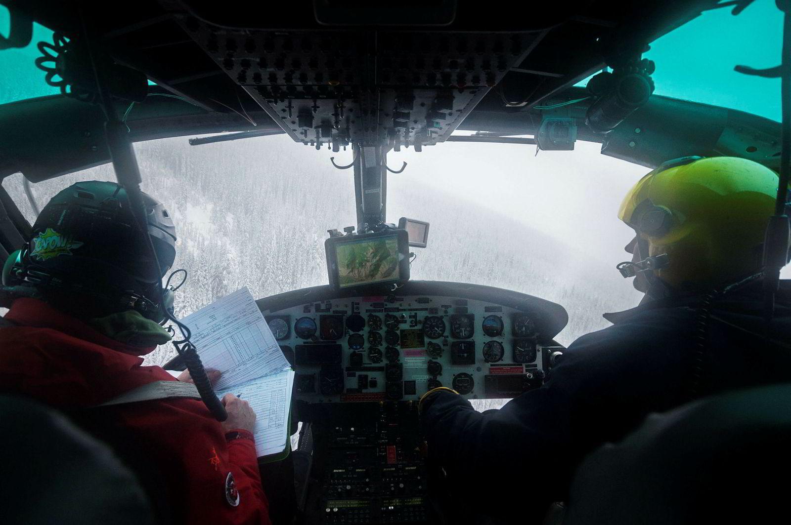 Guiden Aaron Chance (til venstre) og kapteinen snakker mye sammen om trasévalg, skredfare og været. På én dag kan det bli inntil fem turer opp på fjellene.