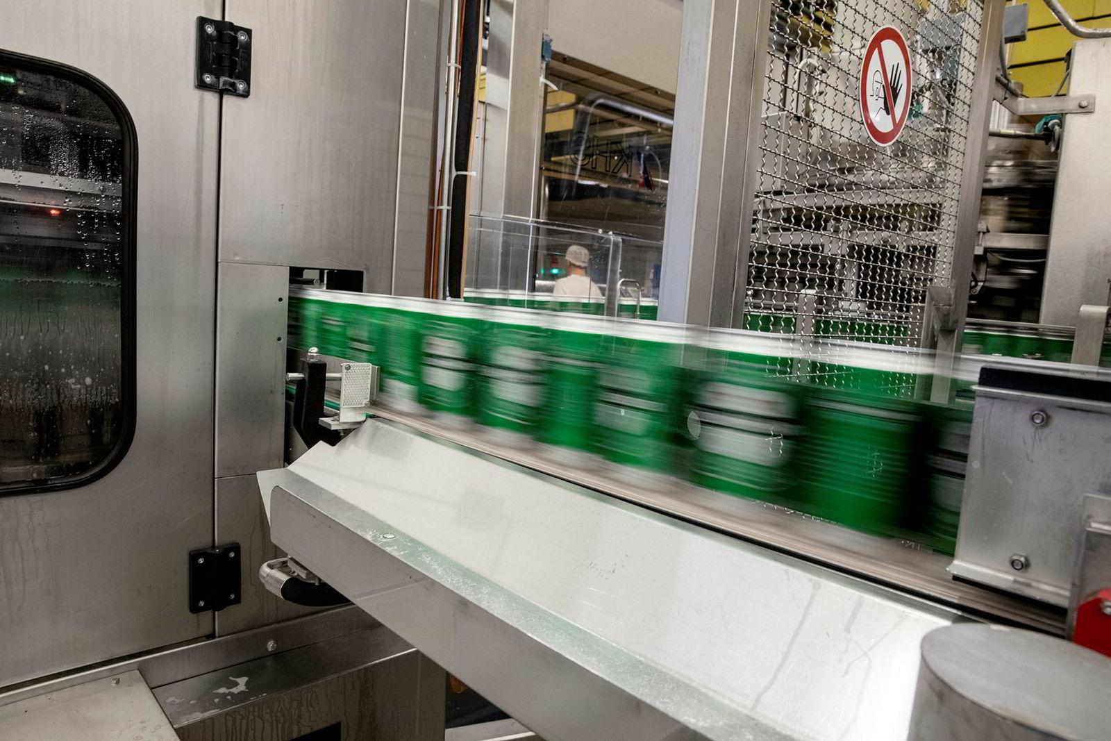 Lisens-tapping for Heineken utgjør 20 prosent av ølproduksjonen til Hansa Borg. Her er halvlitersbokser på vei ut.