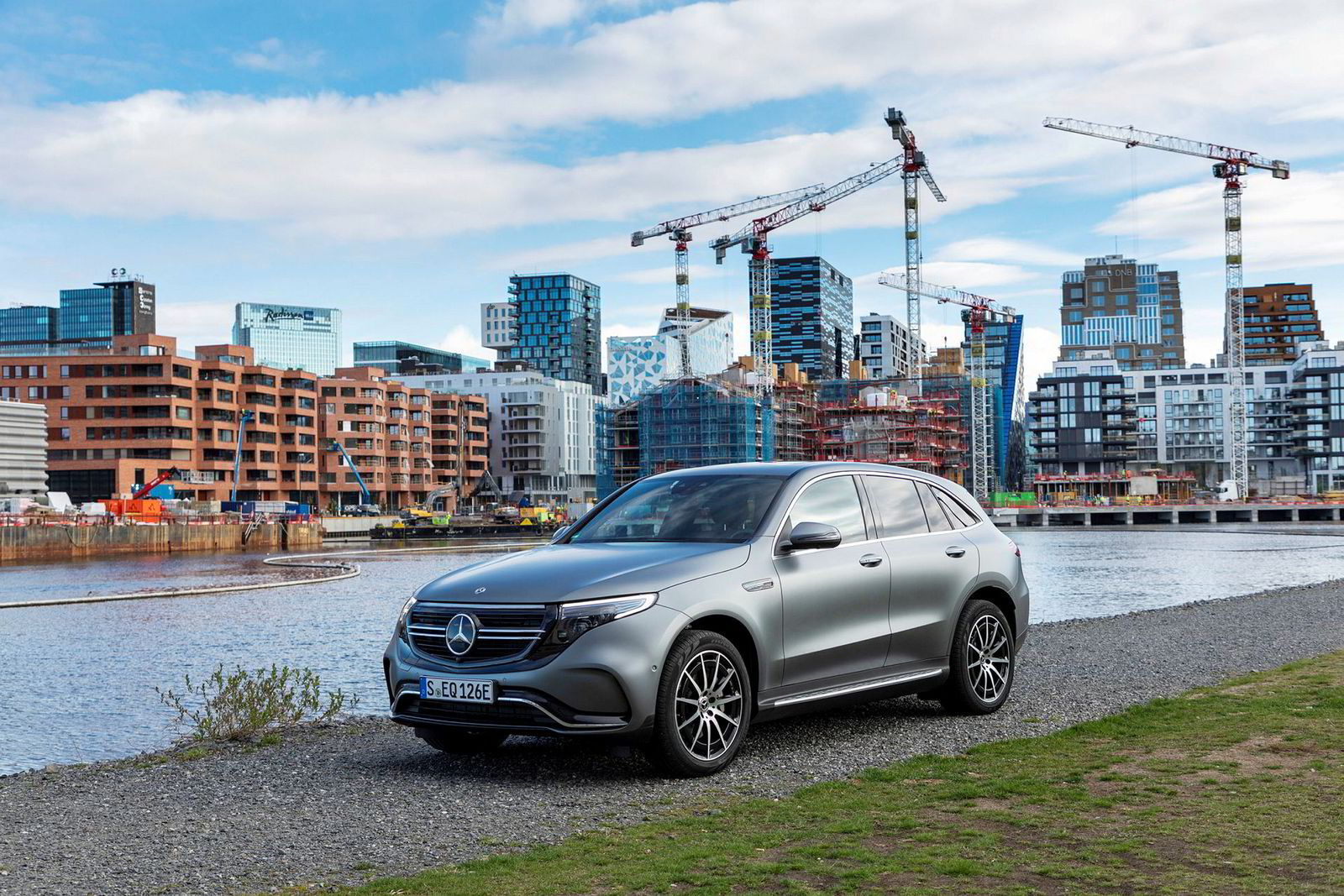 Leveringen av Mercedes-Benz EQC lar vente på seg.