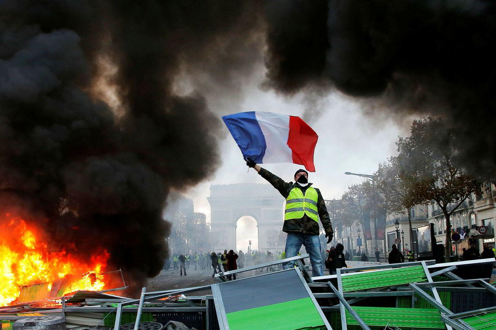 Høsten 2018 ble Frankrike rystet av de gule vestene – «Gilets Jaunes». Grasrotprotesten ble utløst av økte bensinpriser, høyere levekostnader og sinne over Macrons skattereformer.