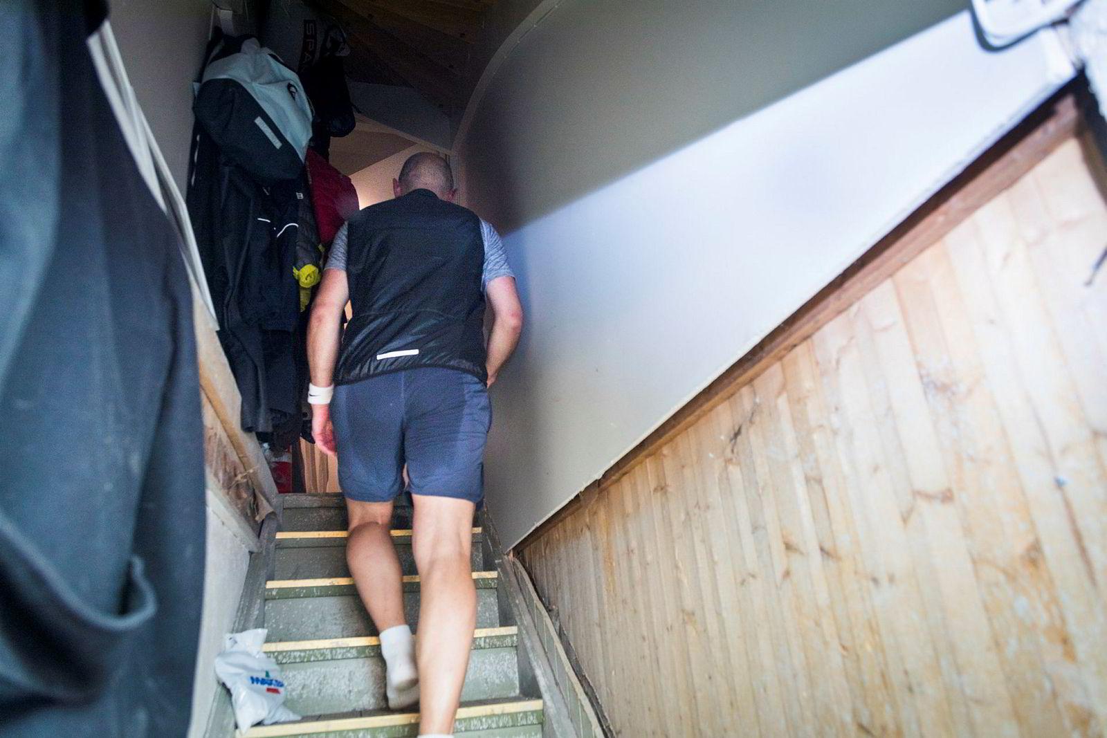 Gjennomvåt av svette og mør i hele kroppen går Pål Sætre opp fra treningsrommet i kjelleren etter nok en hardøkt i kjelleren.