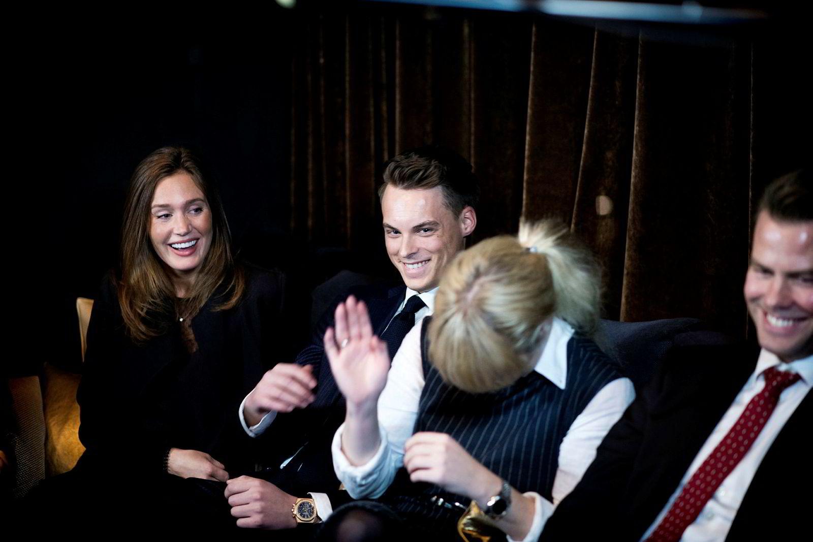 Latteren sitter løst når arvingene møtes. Fra venstre: Anette Ringnes, Gustav M. Witzøe, Katharina G. Andresen og Lars Ola Kjos.