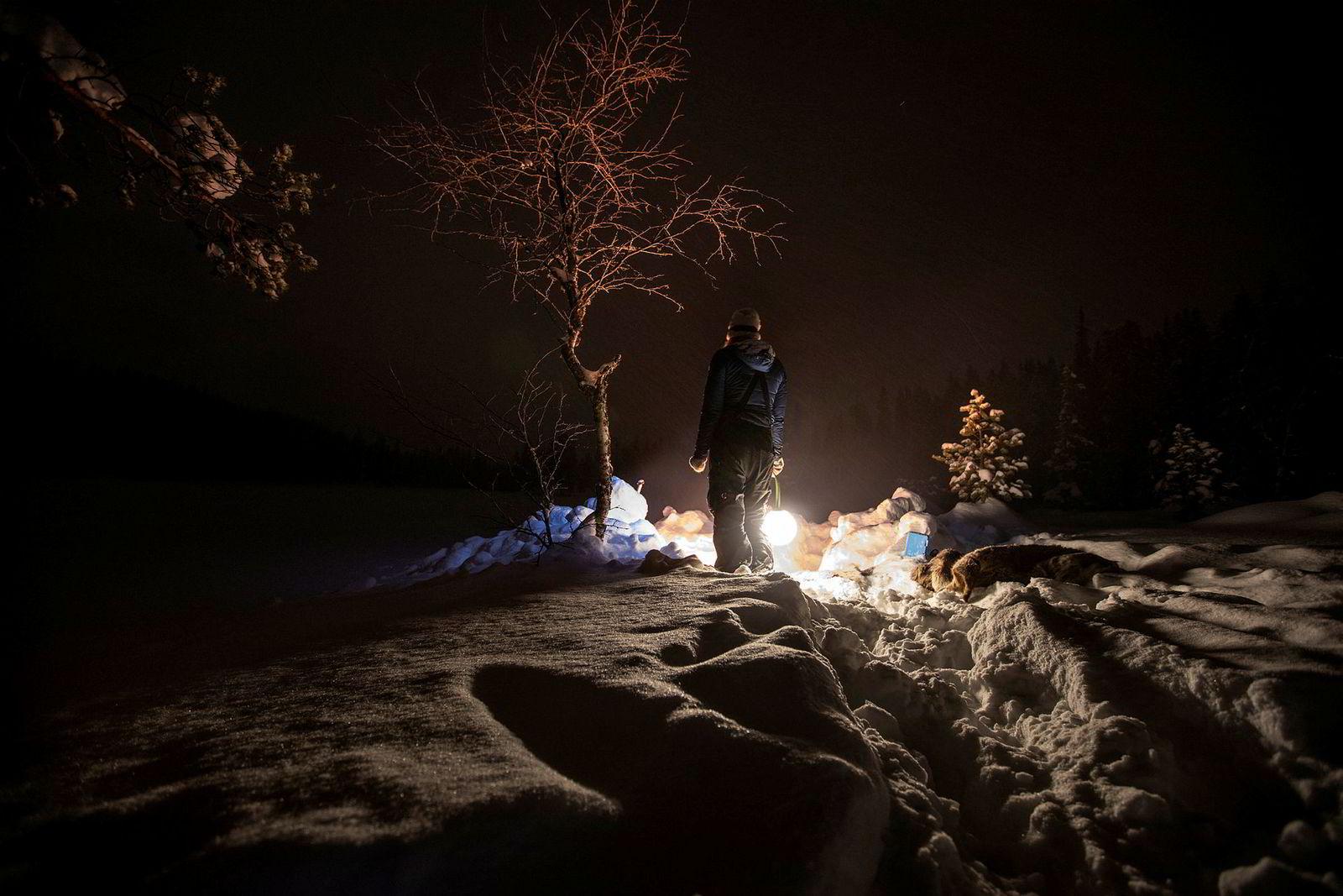 Bodil Gilje ser bålet smelte inn vinternatten.