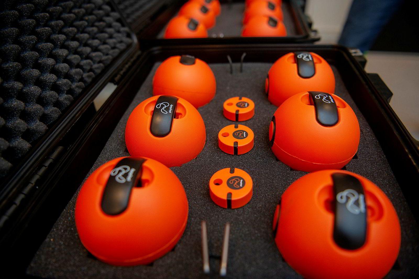 Playfinitys kjerneprodukt er sensoren som ligger i midten. Ballene på bildet er bare et eksempel på flere typer kastegjenstander man kan bruke.