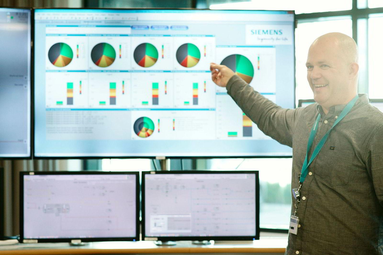 Salgsingeniør Hans Erik Raustein viser hvordan planned obsolescence håndteres i Siemens. – Denne måten å visualisere på er utrolig effektfull, og hjelper både våre ingeniører og kundene, sier Raustein.