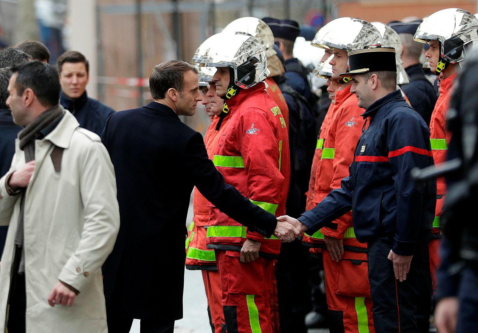 Frankrikes president Emmanuel Macron møtte politifolk og brannmannskap etter lørdagens demonstrasjoner.