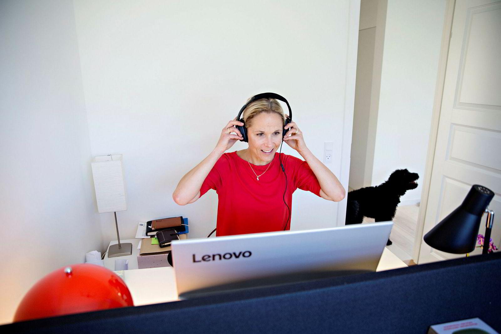 For å være effektiv når man jobber trengs det ro. Alle i familien har høretelefoner med lyddemper på. Kolding og mannen er begge frilansere og deler hjemmekontor.