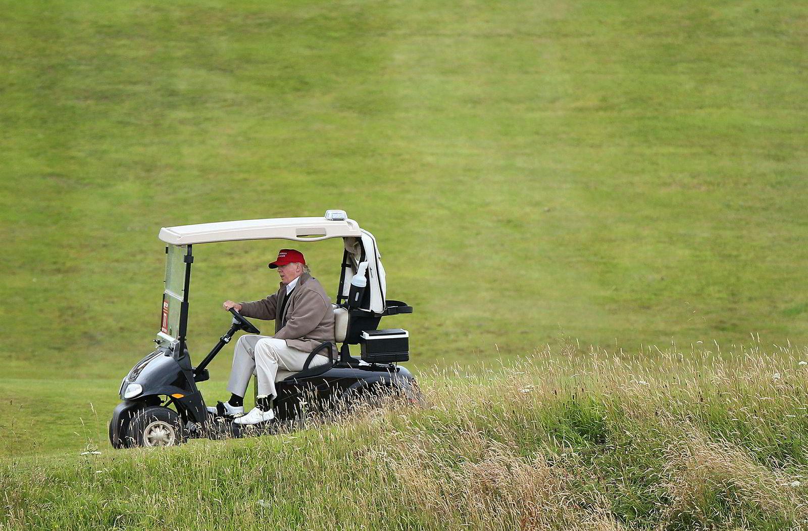President Donald Trump spiller mye golf, og kjører bil mellom slagene. Her på Turnburry-banen i Skottland.