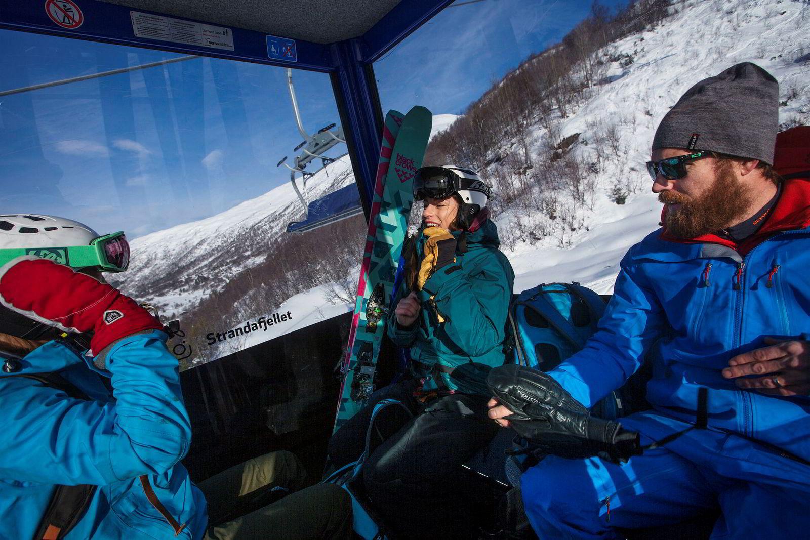 Kristine Slinning (f.v.), Anne May Slinning og Karsten Gefle er spente på snøforholdene når de venter på at gondolen skal ta dem til toppen av Strandafjellet.