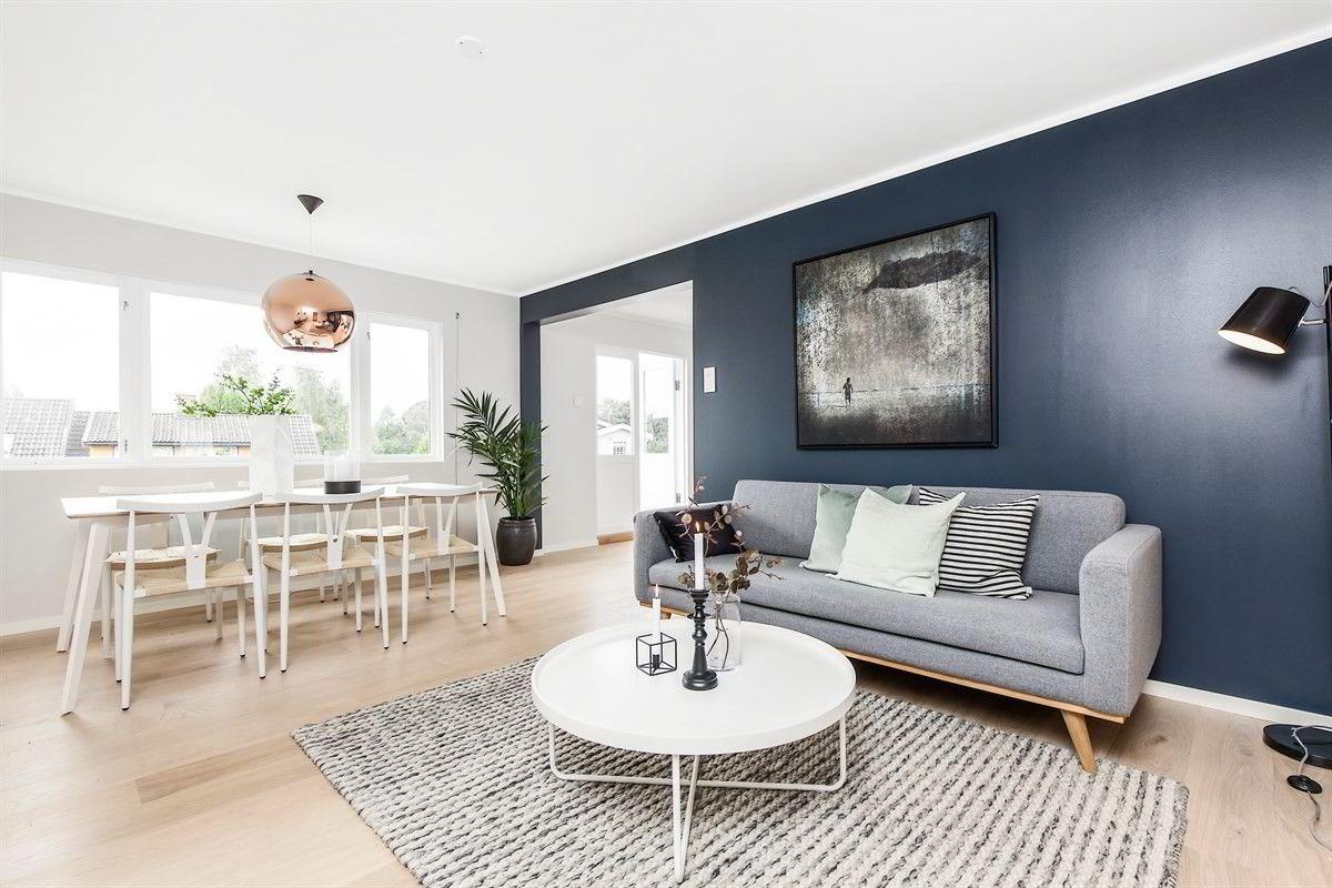 Denne tre-roms leiligheten på Nordstrand i Oslo ble torsdag kveld solgt til en fastpris på 4,4 millioner kroner. En tilsvarende leilighet i samme etasje ble nylig solgt til samme pris, men med en prisantydning på 4,2 millioner kroner. - Da er det naturlig etter en markedsuttalelse, at selger ønsker den samme prisen. Vi mente da at det var mest reelt å sette en fastpris på 4,4 millioner, sier eiendomsmegler Anders Wekre i Eie.