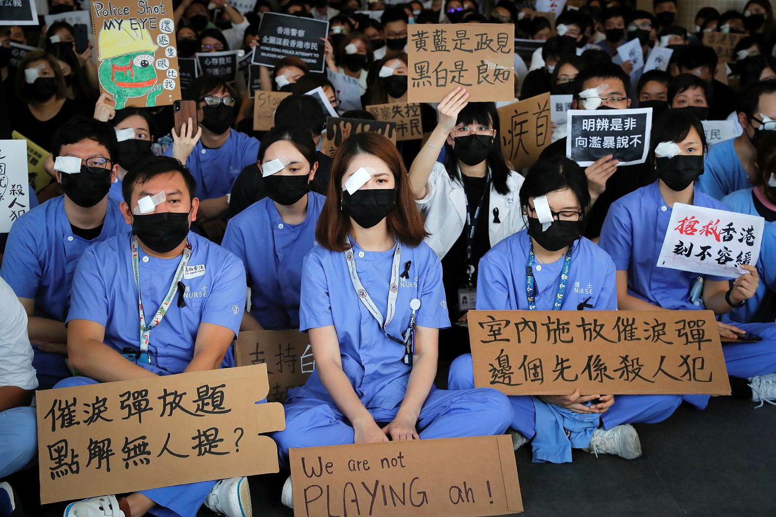 Helsepersonell demonstrerte tirsdag mot politivold under opptøyene i Hongkong. FNs menneskerettssjef ba samme dag om en granskning av politiets maktbruk.
