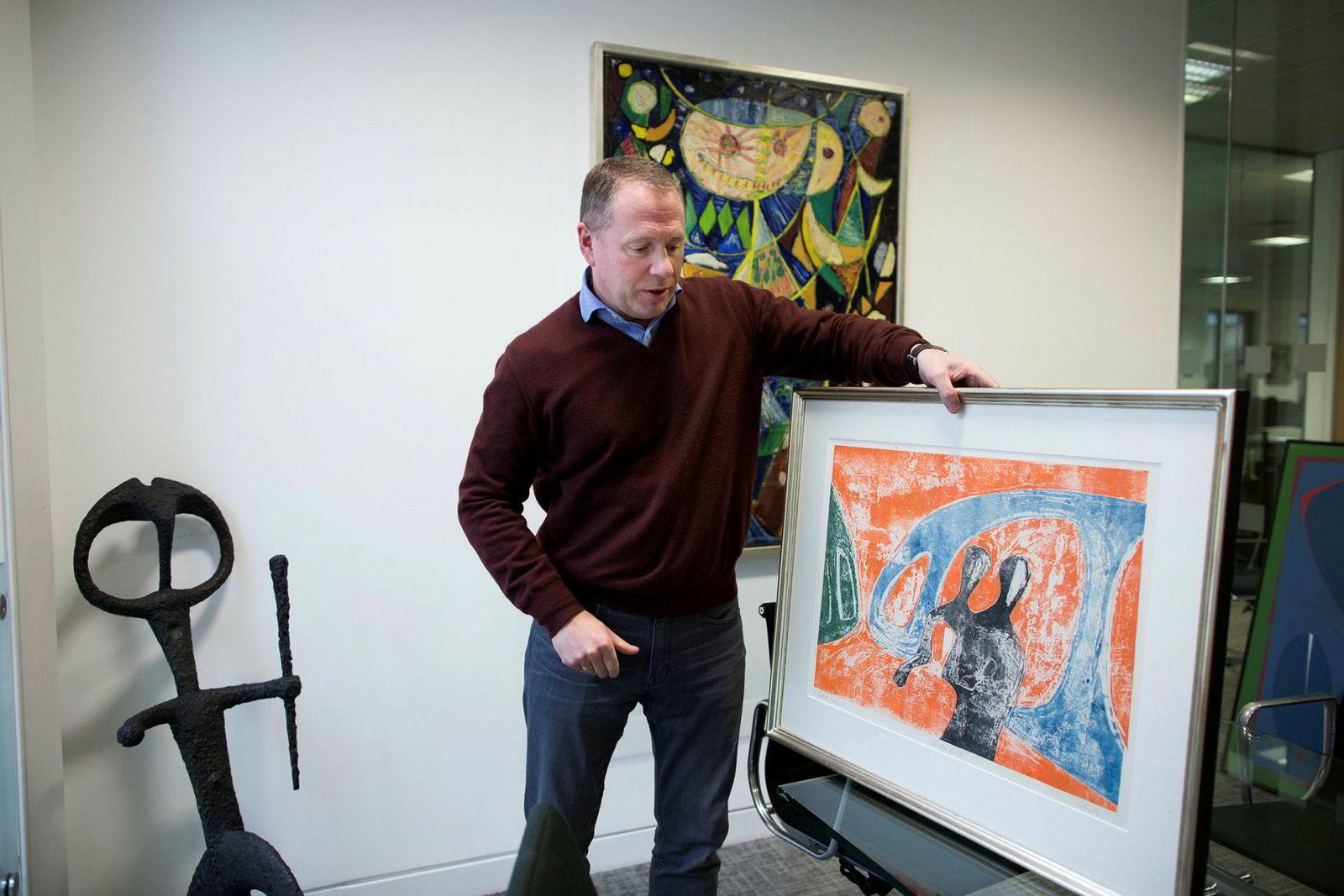 Investoren Nicolai Tangen med kunstverk han vil gi til den nye kunstsiloen i Kristiansand; et verk av danske Egill Jacobsen (på veggen). På bordet et verk av en av hans favorittkunstnere, norsk-tyske Rolf Nesch.