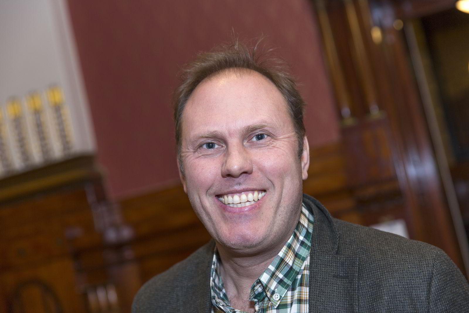 Julius Solheim (45) er agent for Youtube-stjernen Joachim Haraldsen (23).