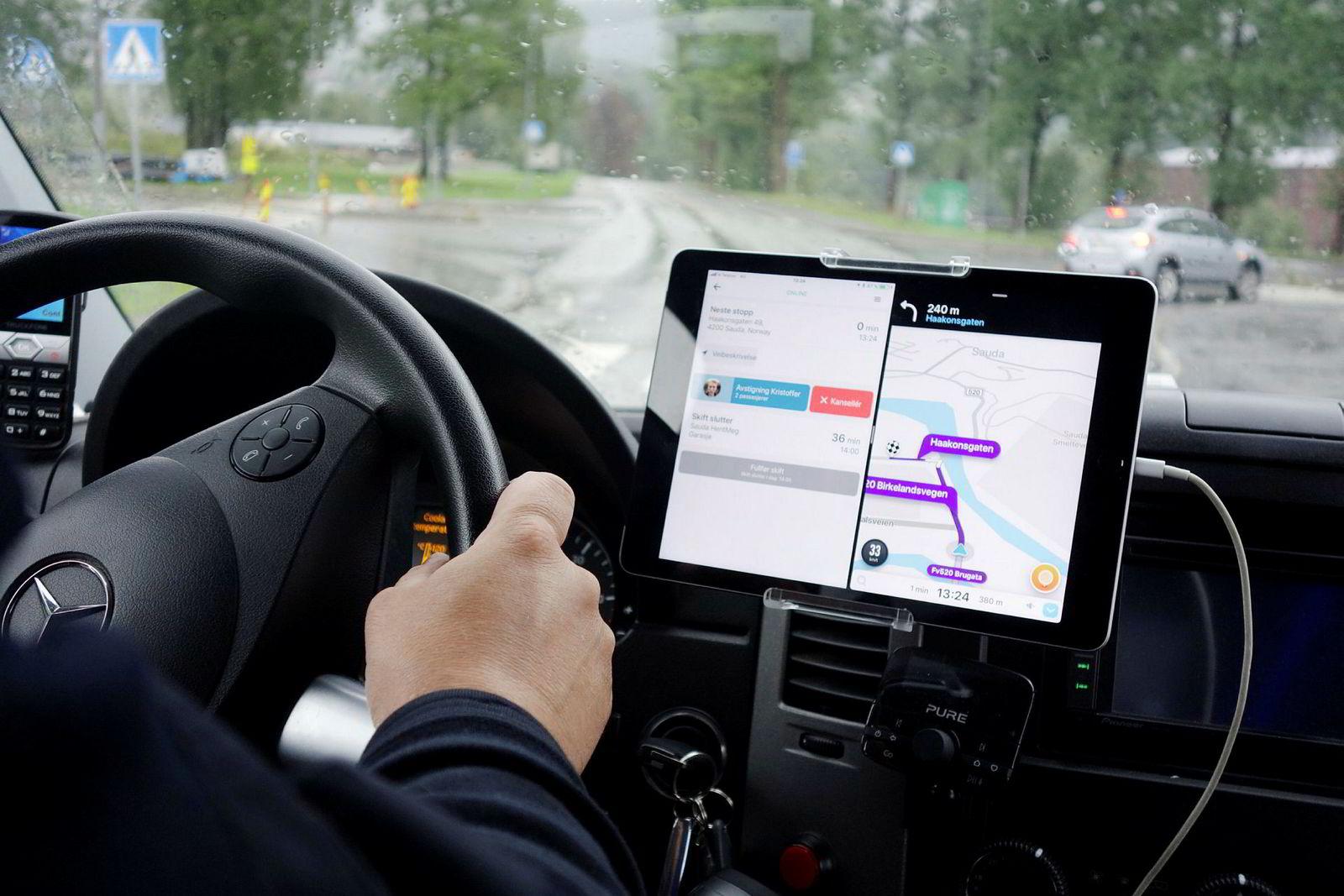 Inn på nettbrettet hos bussjåfør Tor Michaelsen kommer løpende en oppdatert kjørerute med navn på nye passasjer og hvor de skal hentes.