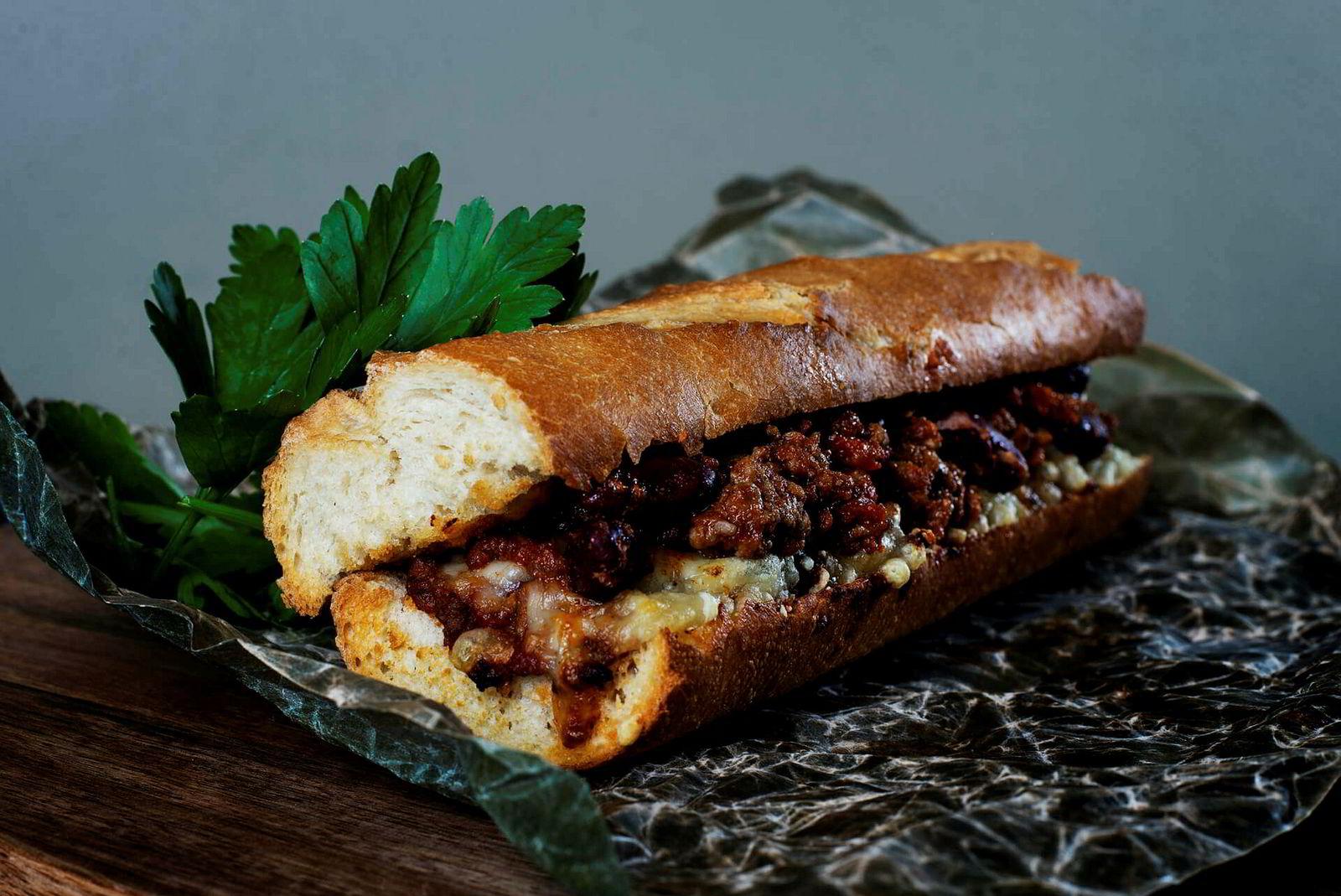 Dagsfersk tacosub: Med fransk landbrød, smeltet ost og tacokjøtt av ypperste kvalitet, er det enkelt å tenke seg at dette er mat som smaker.