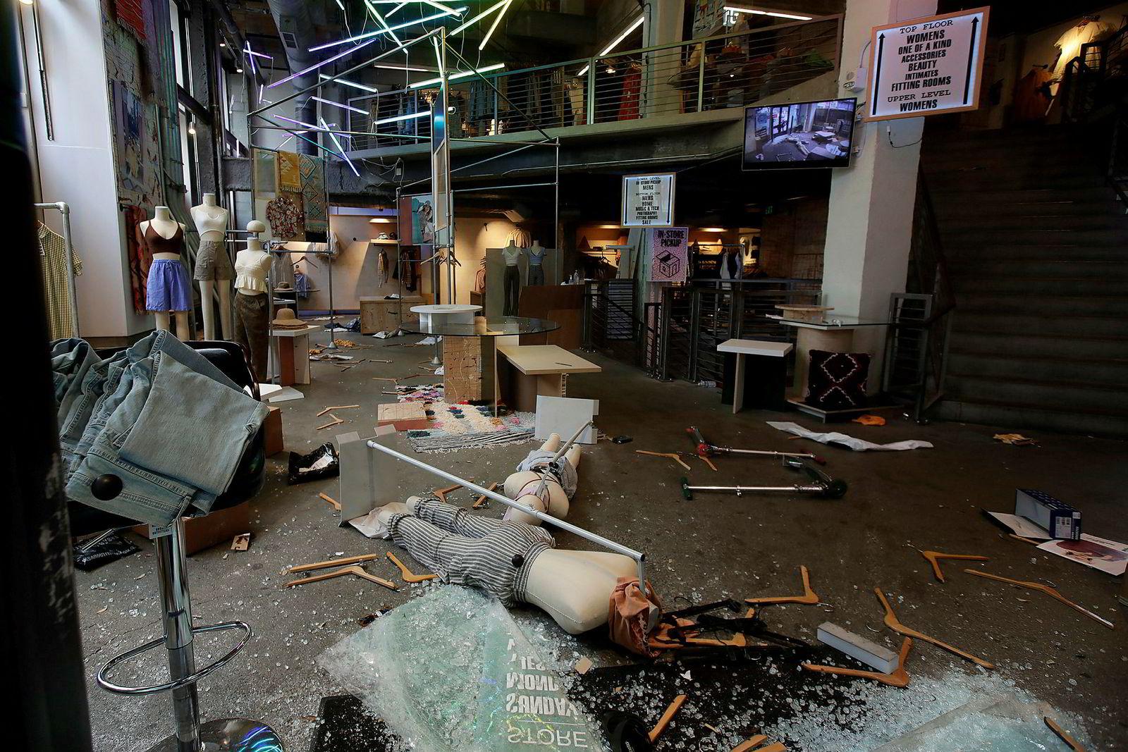 En Urban Outfitters-butikk i San Francisco ble ramponert under demonstrasjoner natt til søndag.