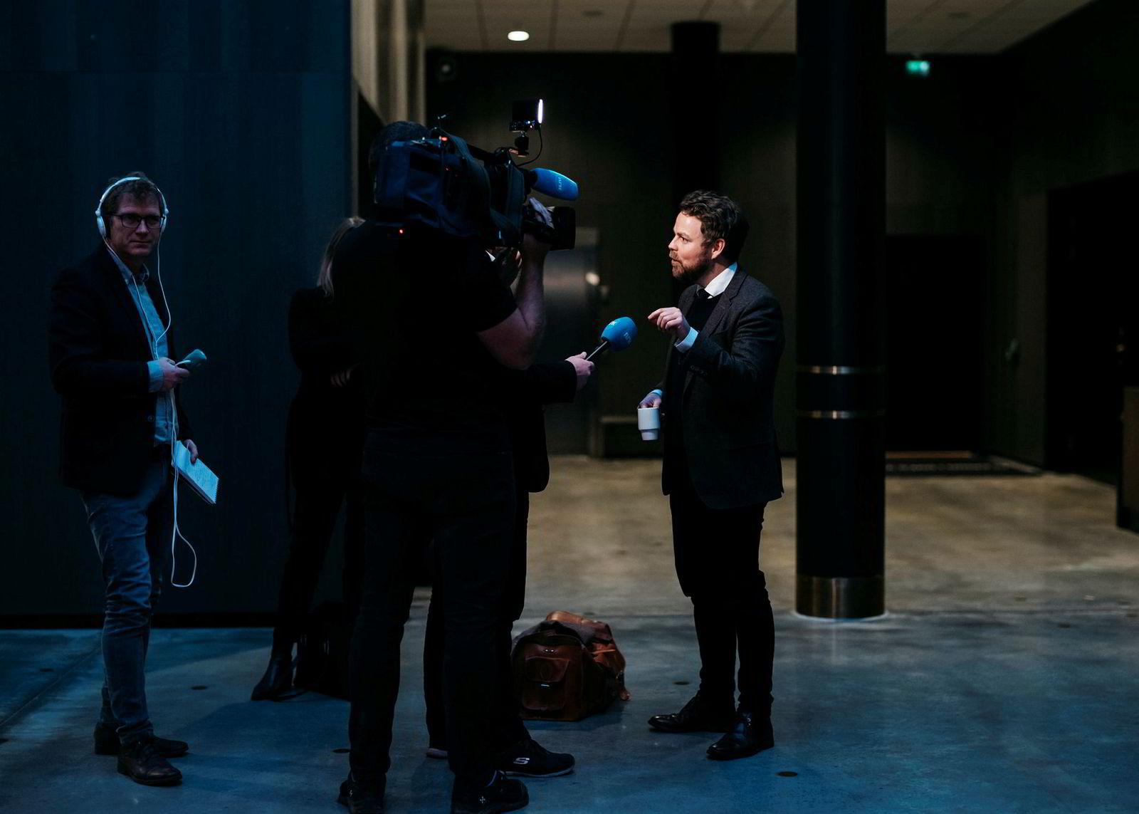 Næringsminister Torbjørn Røe Isaksen leverte et bibelsitat med referanse til regjeringsforhandlingene: «Døm ikke, så skal dere ikke bli dømt. Fordøm ikke, så skal dere ikke bli fordømt. Ettergi, så skal også dere få ettergitt.»