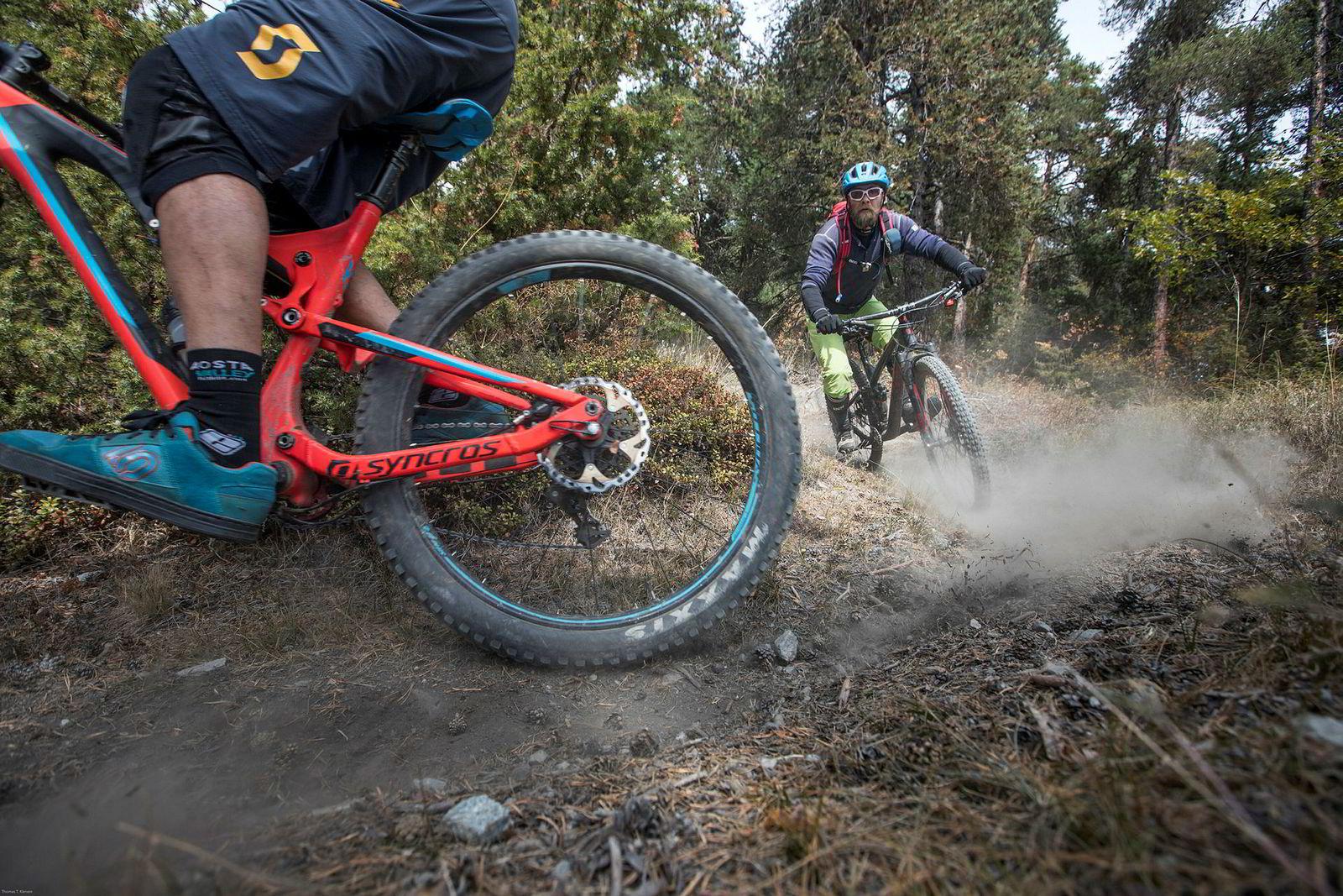 Sykkelguide Fabrizio Charruaz viser vei nedover svingete stier mens Bjørn Jarle Kvande følger hakk i hæl. Med rett sykkelutstyr går det lekende lett å sykle på krevende stier.