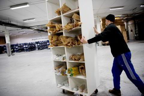 Budene plukker selv ut alle brød til sin rute. Foto Mikaela Berg