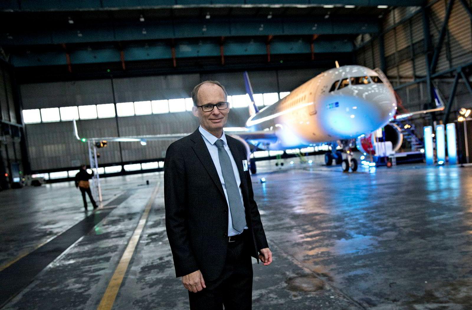 SAS' flåtesjef Niklas Hårdänge sier selskapet har opsjoner hos leasingselskaper og Airbus-fabrikken til å bestille enda flere fly av typen Airbus A320neo. Her fra en overrekkelse av flyet i Stockholm i 2016.