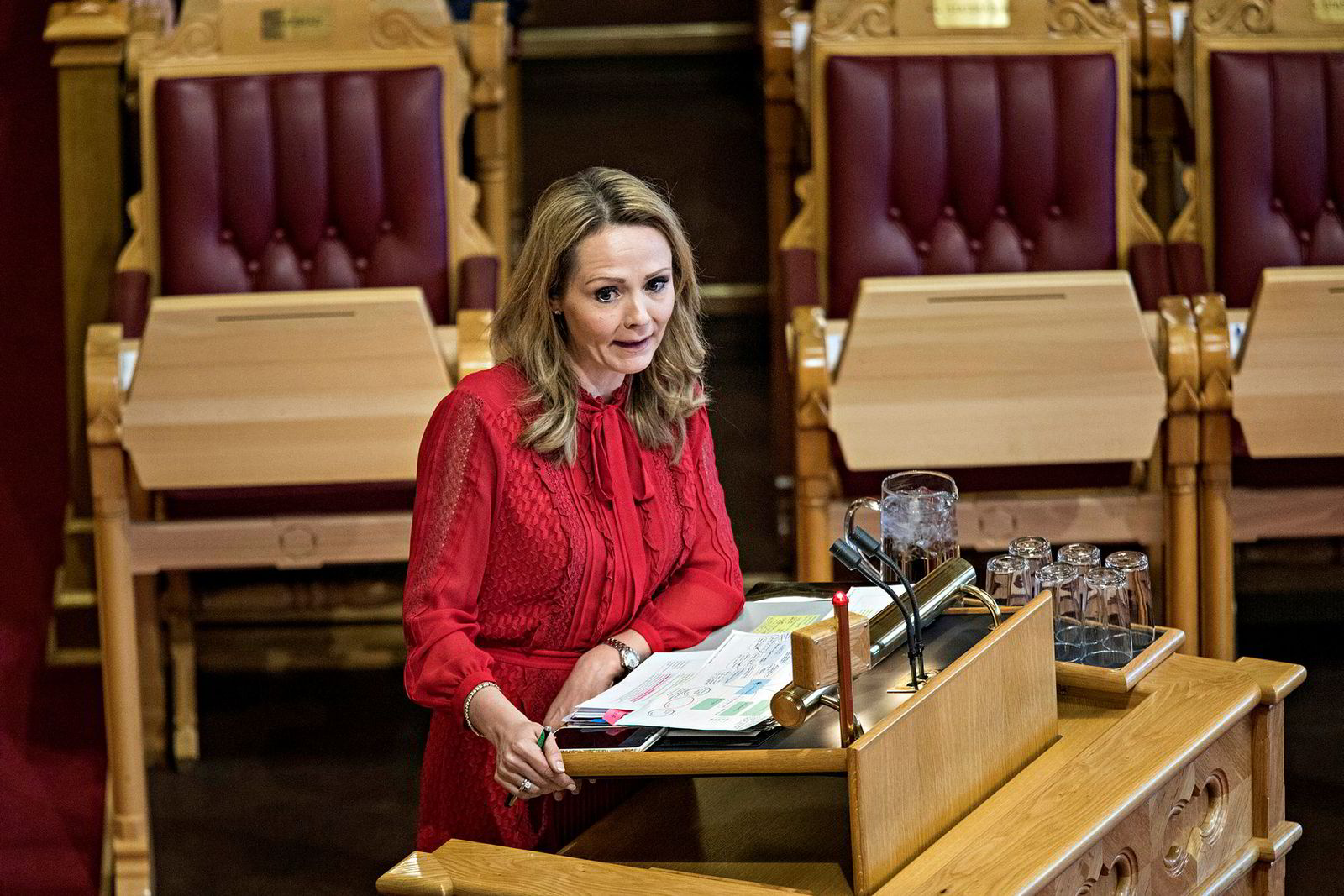 Likestillingsminister Linda Hofstad Helleland har måttet svare for sitt forsvar av dagens pappaperm-ordning også i Stortinget.
