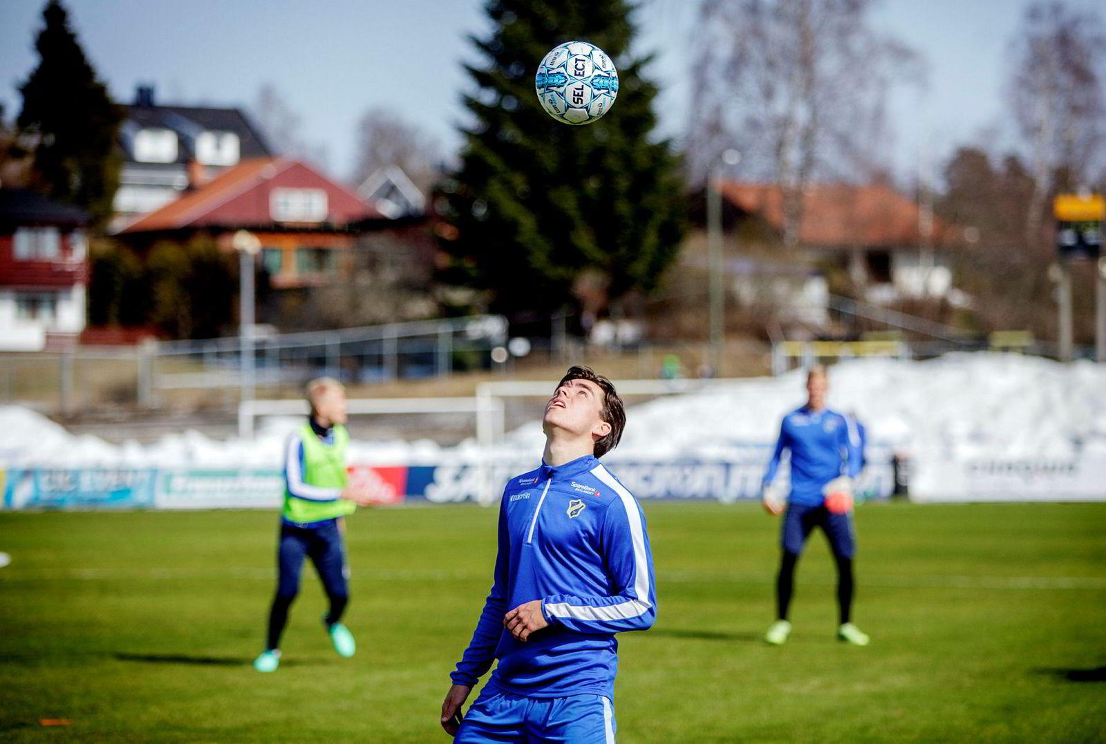 Fotballspiller Hugo Vegard Vetlesen er blant de norske ungdomsspillerne som tok Norge til EM – etter å ha trent i virtuell virkelighet.