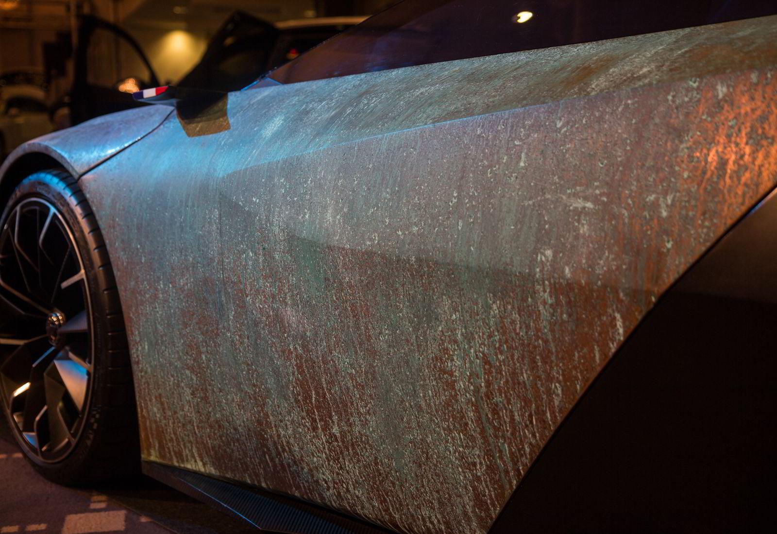 Kobberet har begynnt å irre, ettersom det er et materiale som lever.