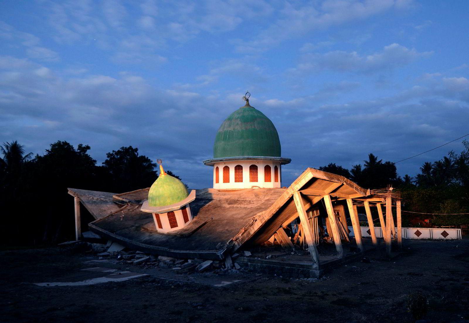 En kollapset moské i solnedgangen tre dager etter et jordskjelv rammet Lombok. Mange tusen mennesker er hjemløse som følge av katastrofen, og har hverken mat, medisin eller rent vann.
