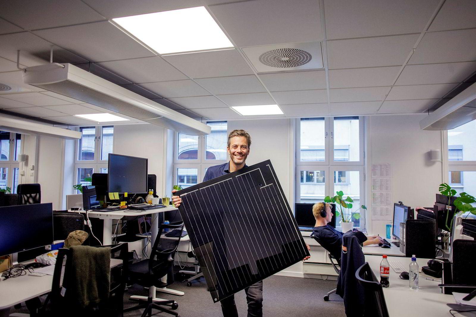 Administrerende direktør i Otovo, Andreas Thorsheim, med selskapets solpanel.
