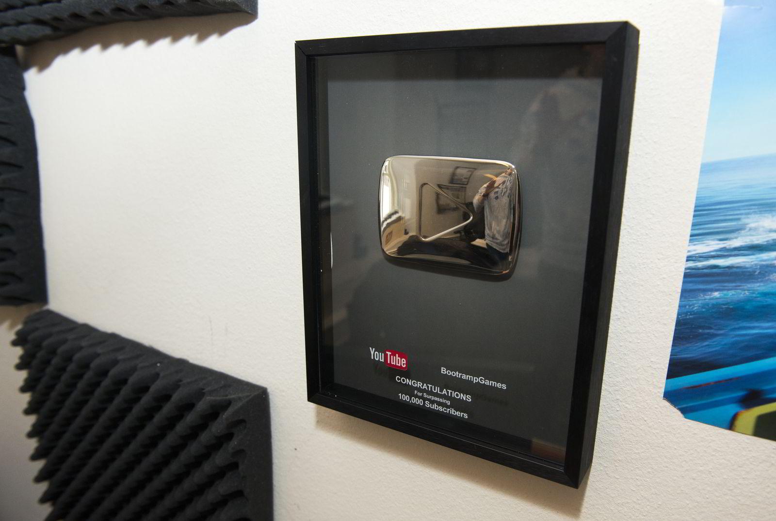 Plaketten Arciolla fikk fra Youtube da han rundet 100.000 abonnenter.