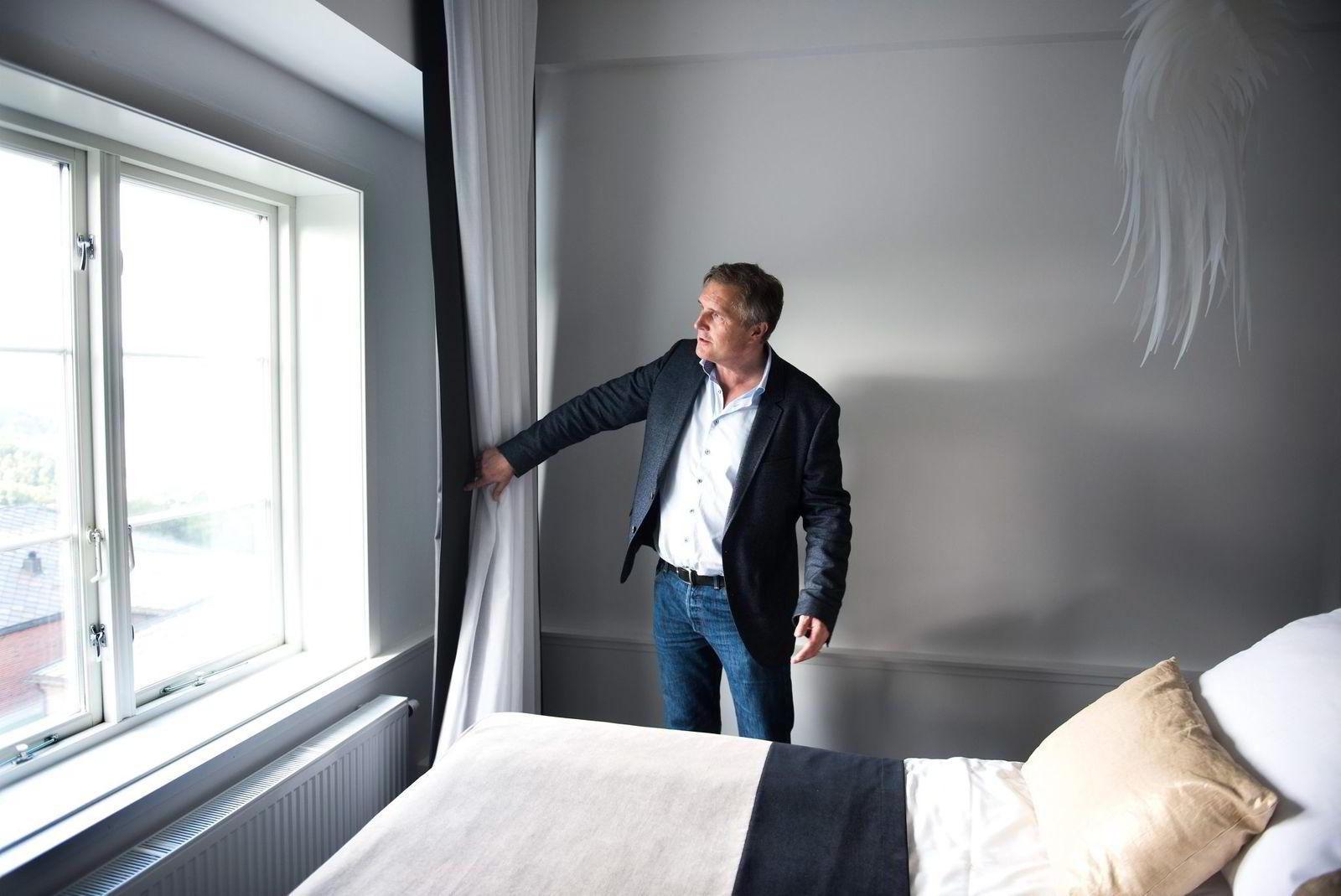 – Utsikt mot EU, sier Knut Johansen og peker på at sengen i hotellrommet er vendt mot vinduet.